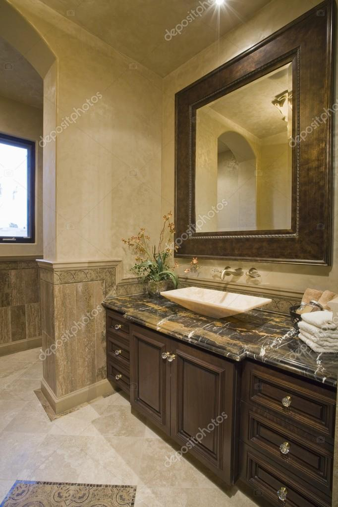 donkere bruine badkamer — Stockfoto © londondeposit #33994679