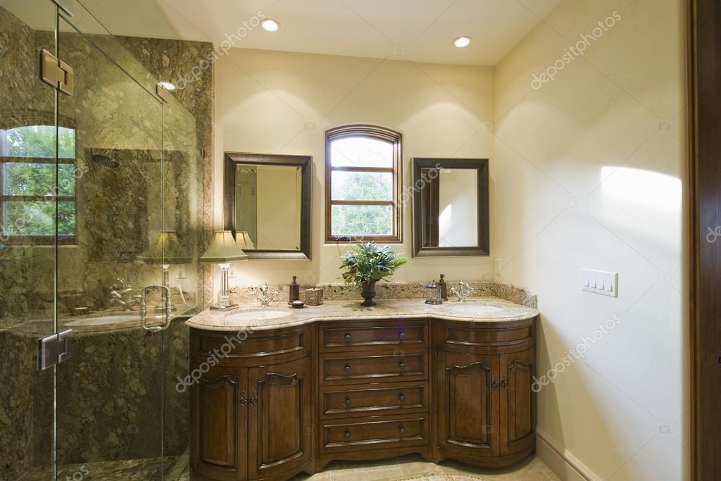 Bagno con due lavandini foto stock londondeposit 33998281 - Due lavandini bagno ...