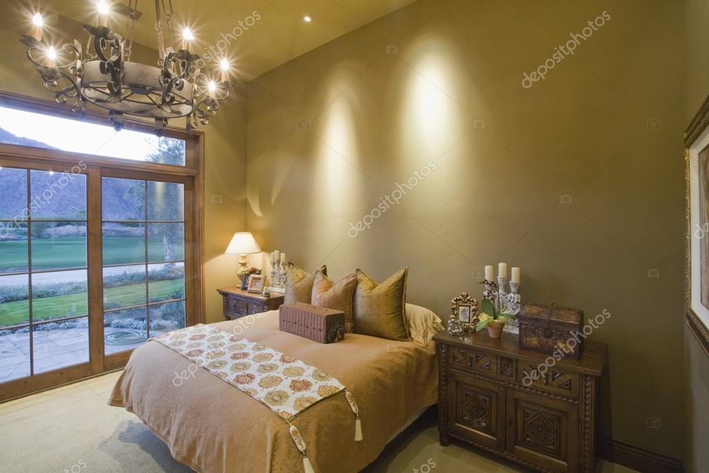 kroonluchter in slaapkamer — Stockfoto © londondeposit #33998607
