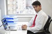 Fényképek magabiztos üzletember: irodai íróasztal