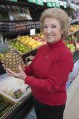 Fotografie Frau Holding Ananas