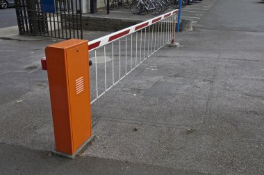 Closed parking barrier