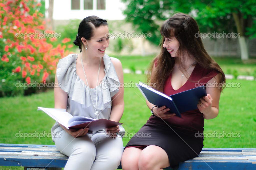 Dos Estudiantes Leyendo Libros