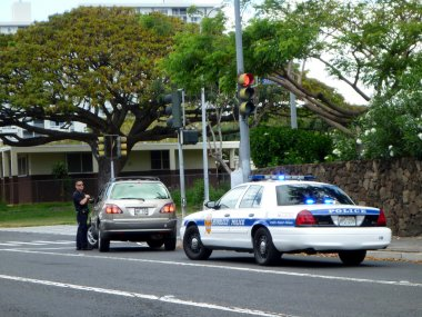 Honolulu Police Department police officer pulls over SUV car on