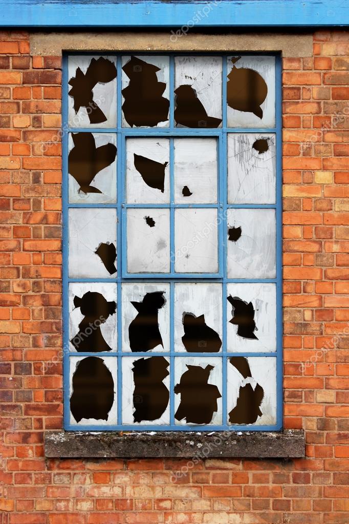 ventanas con vidrios rotos — Fotos de Stock © Binkski #13730303