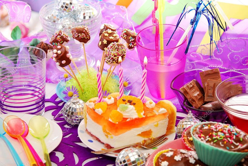 colorida decoracin de mesa de fiesta cumpleaos con torta y dulces para nios u foto de teresaterra
