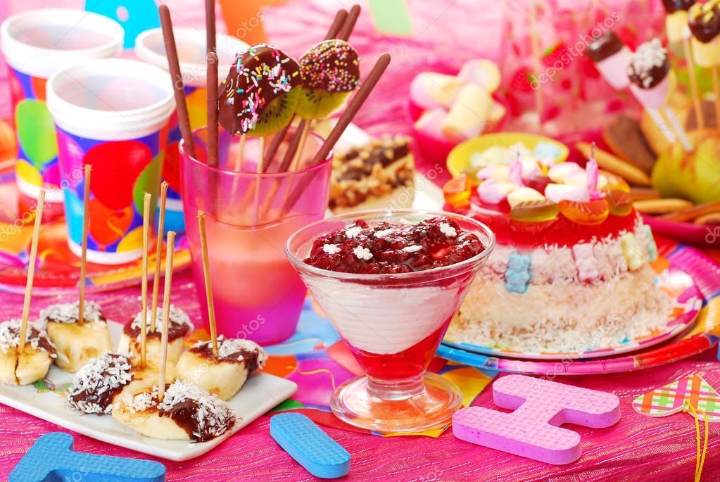 fiesta de cumpleaos con dulces caseros de tarta y fruta para los nios u foto de teresaterra
