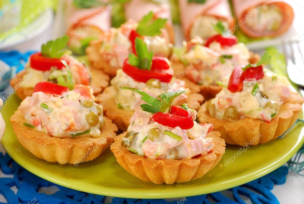 Salgado mini tortinhas recheadas com salada de legumes e