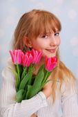 Krásná dívka s kyticí tulipánů