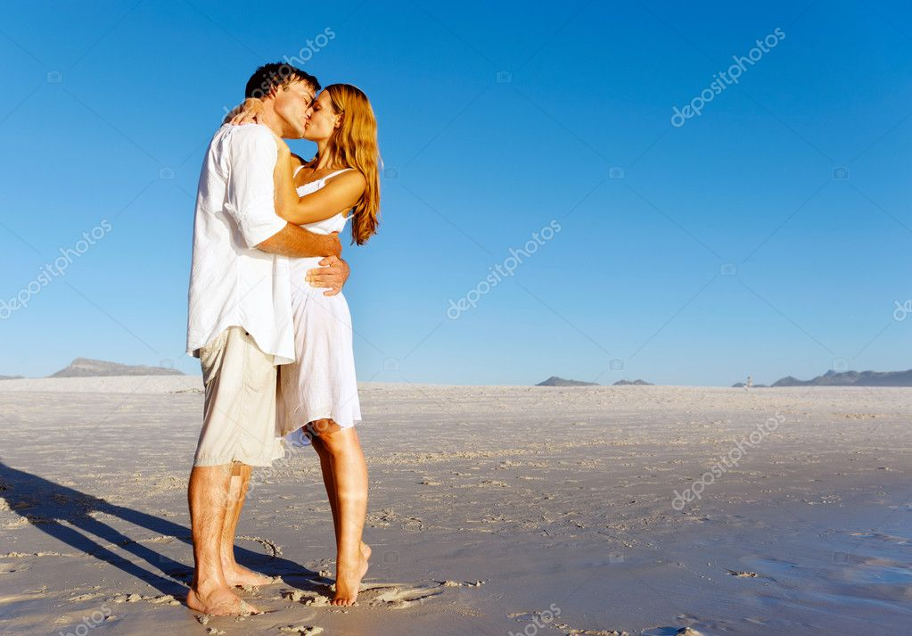 beach couple kiss