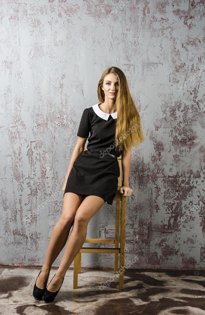 sch ne junge m dchen in einem schwarzen kleid und lange. Black Bedroom Furniture Sets. Home Design Ideas