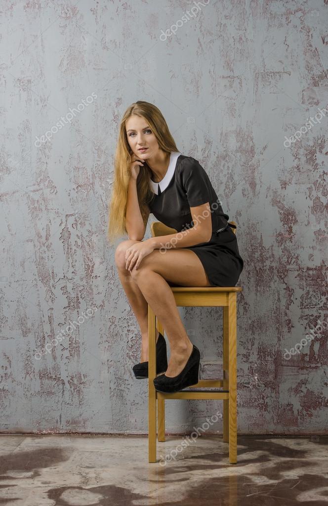 притягивал девушка сидит на стуле в туфлях попрощался