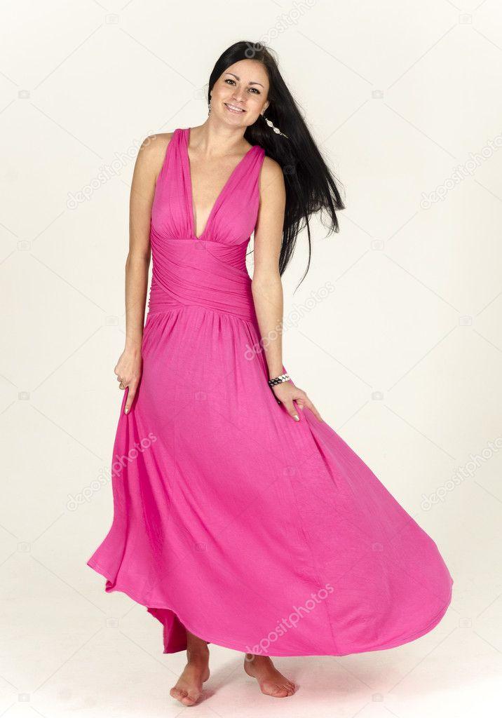hermosa chica morena con pelo largo con un vestido rosa con un buen ...