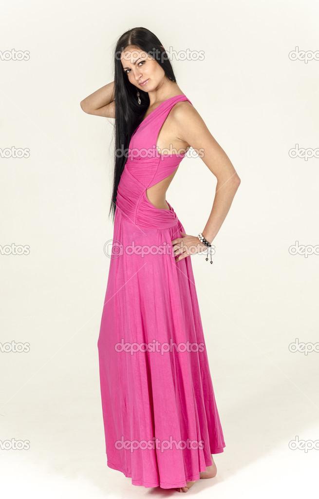 Фото девушки брюнетки в розовом платье — img 2