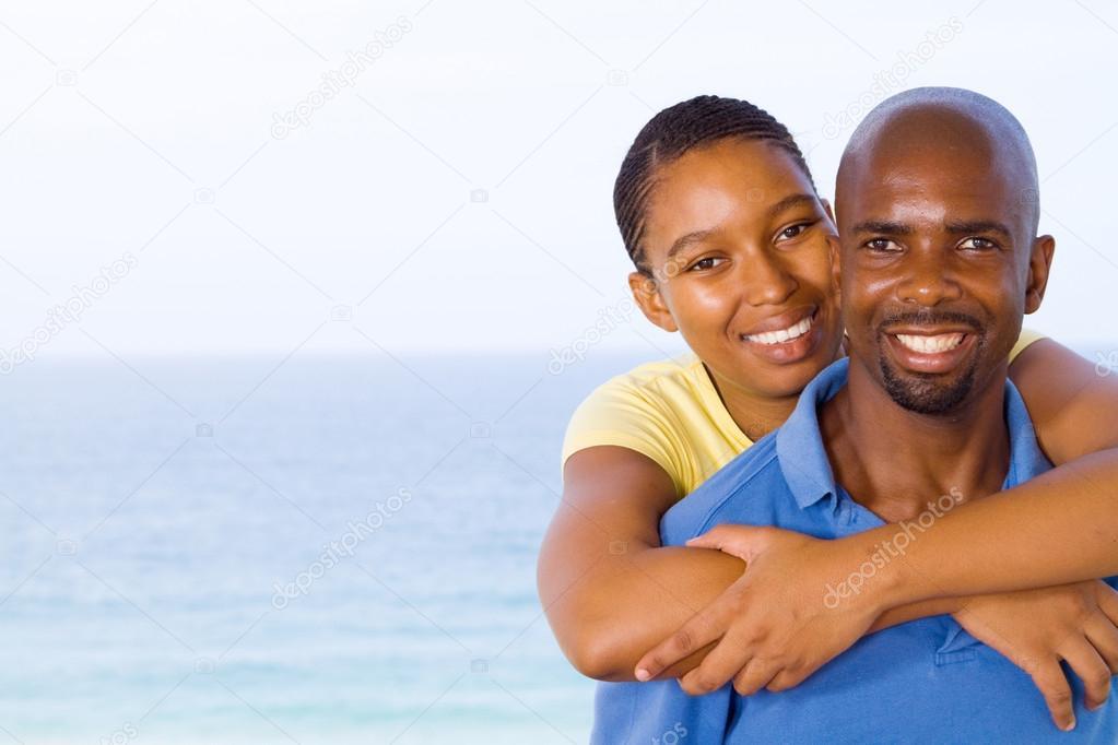 jeune couple afro-américain heureux piggyback ...