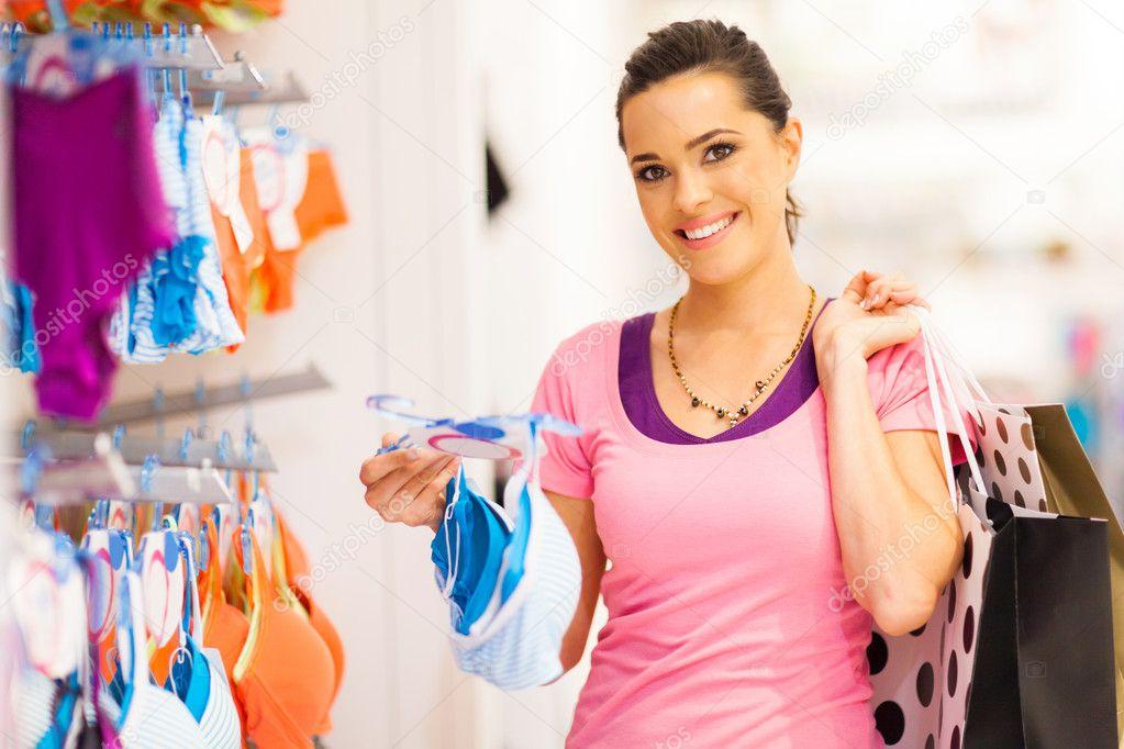 the latest b09de 483b5 Junge Frau shopping für Dessous in Bekleidungsgeschäft ...