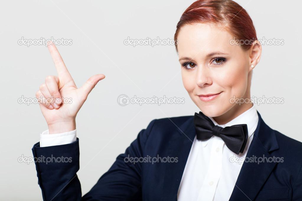 3892ef2e949 손 기호 만들기 나비 넥타이와 양복에 귀여운 젊은 여자 — 스톡 사진 ...