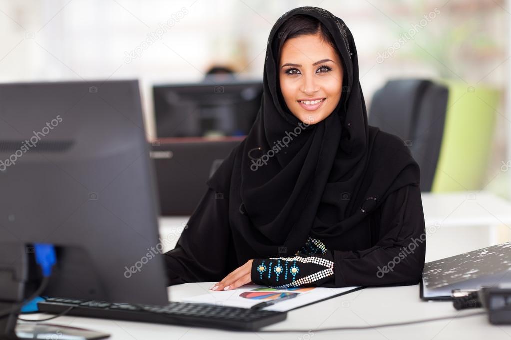 Femme d affaires arabe moderne en costume traditionnel