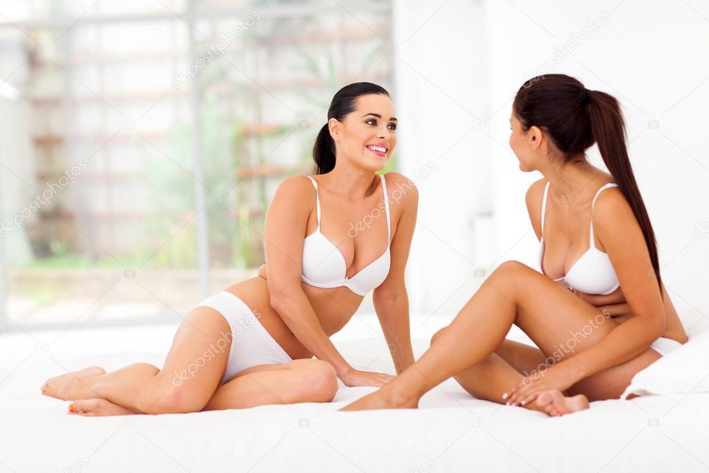 Amici di due donne in biancheria intima seduta sul letto - A letto con due donne ...