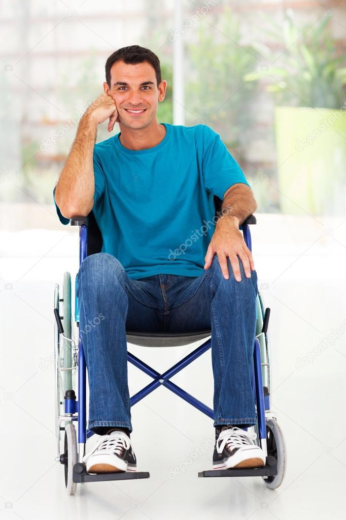 Feliz hombre discapacitado en silla de ruedas foto de for Uomo sulla sedia a rotelle