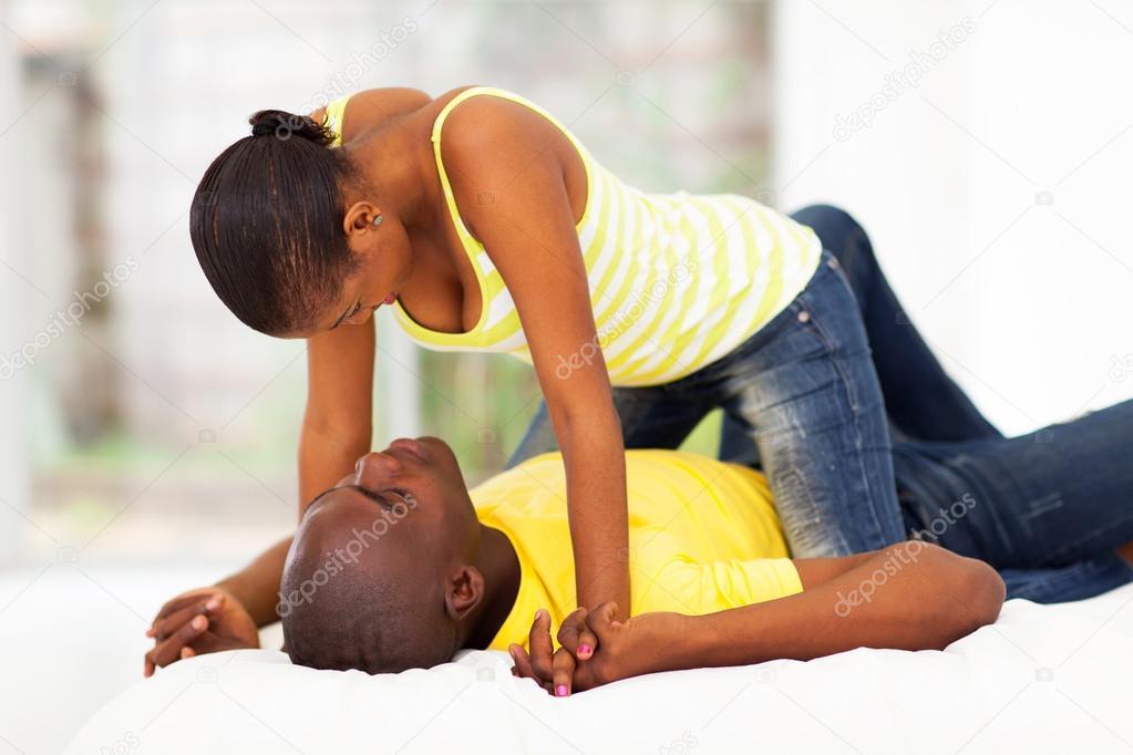 Jeune couple flirter et s'amuser