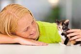 Fotografie loving pre teen girl playing with kitten