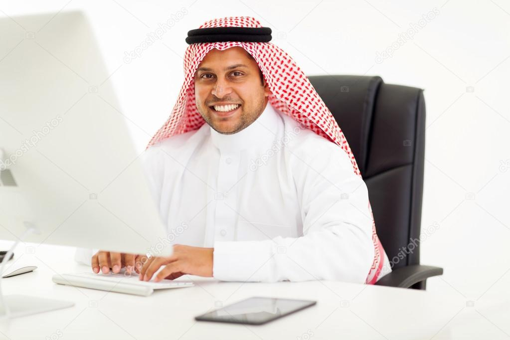 Moderne homme d affaires arabe à l aide d ordinateur