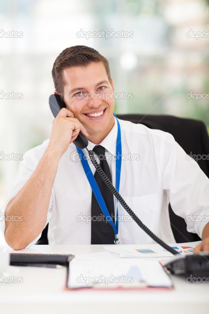 Hombre de negocios hablando por tel fono en la oficina for La oficina telefono