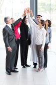 obchodní tým dávat vysoké pět