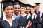 multikulturális Egyetem diplomásai sorban állva