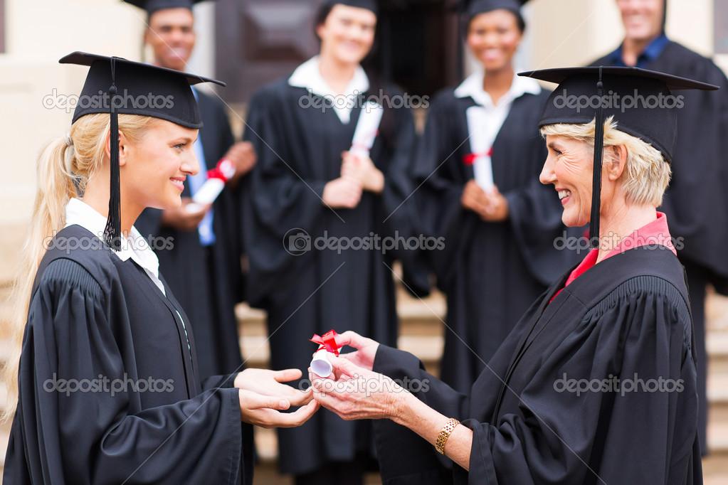 молодой получение диплома от профессора Стоковое фото  Молодой получение диплома от профессора стоковое фото 42483227