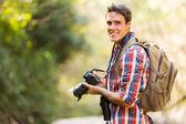 muž turistika s dslr fotoaparát