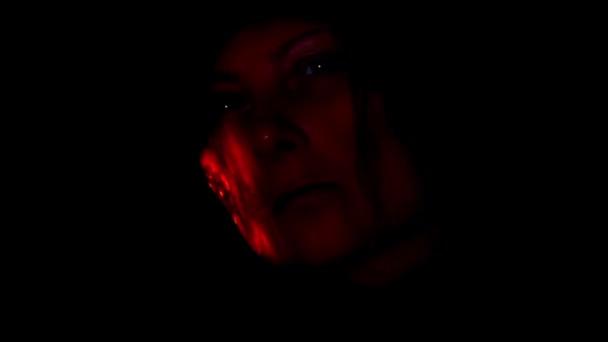 zlo tvář ve tmě