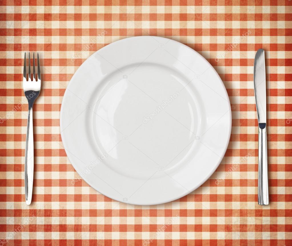 흰 접시, 포크, 나이프 최고 전망을 오래 된 빨간색 피크닉 ...