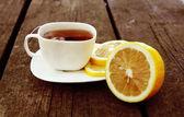 Fotografie Tasse Tee auf hölzernen en