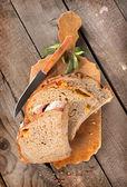 Chléb s nožem na prkně