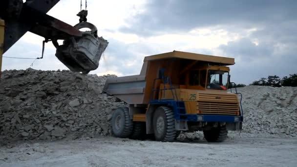 Těžká těžební plošina naložená železnou rudou