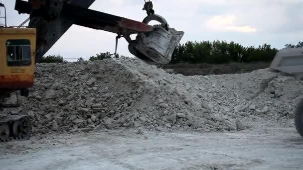 těžké důlní sklápěč je naloženo s železnou rudu