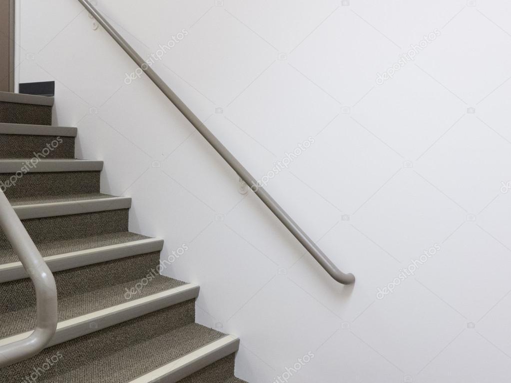 Edificio escalera interior blanco con pasamanos foto de for Pasamanos escalera interior