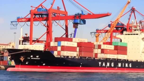 nagy konténerszállító hajó