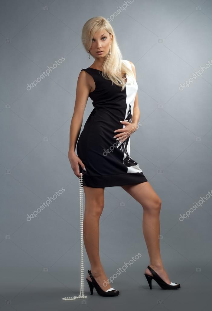 Vestido negro con collar de perlas