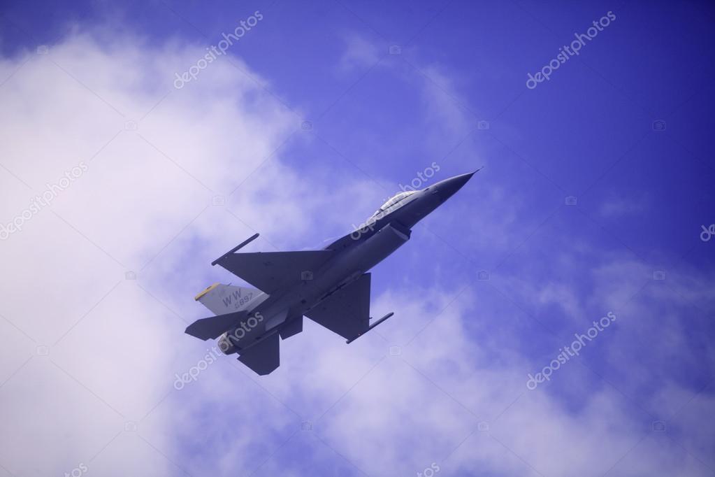 F 16 flies at Kaneohe Bay airshow