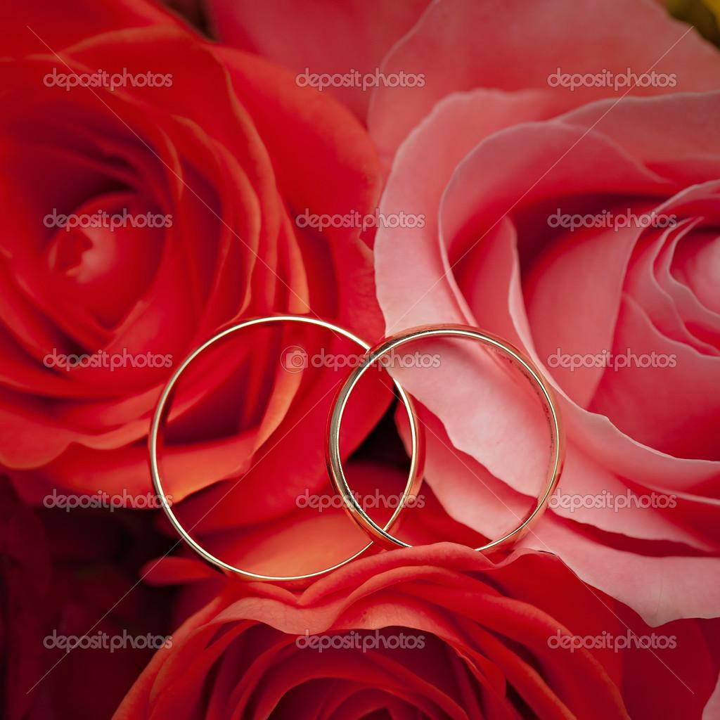 Alianças De Ouro Na Flor. Decoração Da Cerimônia De
