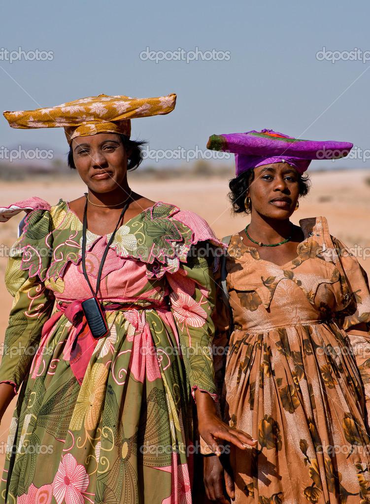 een vrouw uit de afrikaanse stam met kind – redactionele stockfoto