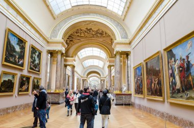 trippers in the visit of Louvre Museum