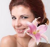 Krása portrét. krásné lázeňské žena dotýká její obličej