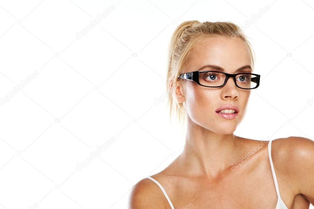 d84fd8b31c024d Lachende aantrekkelijke intelligente vrouw dragen van een paar van moderne  glazen met donkere frames als een mode-accessoire — Foto van nelka7812