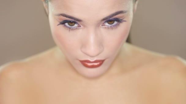 Detailní záběr na obličej bruneta Zenske