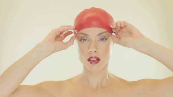 atraktivní žena sundávala koupací čepici