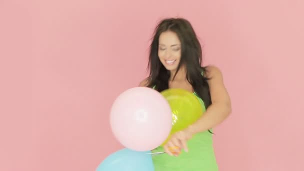 Gyönyörű nő játszik, party léggömbök